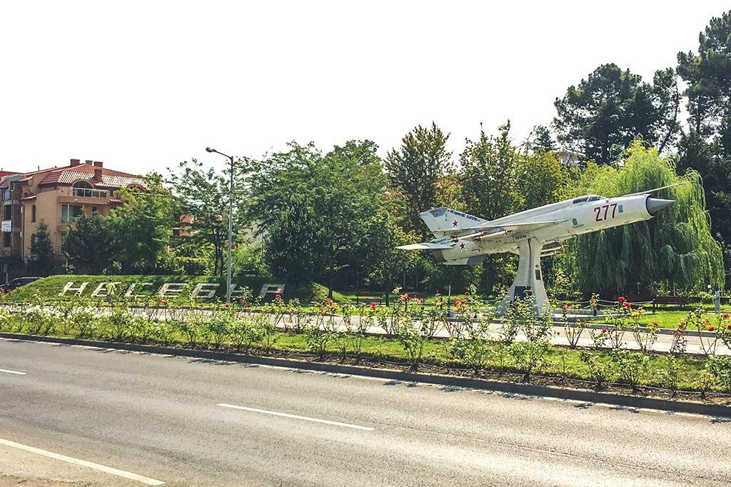 samolot przy głównej drodze wyjazdowej z miasta Nessebar w Bułgarii