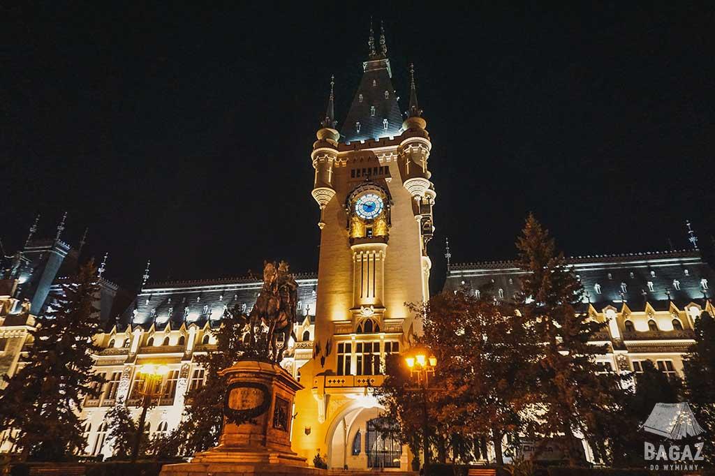 pałac kultury w jassy oświetlony nocą LEDami