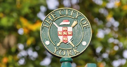 York bez anonimowej maski Guya