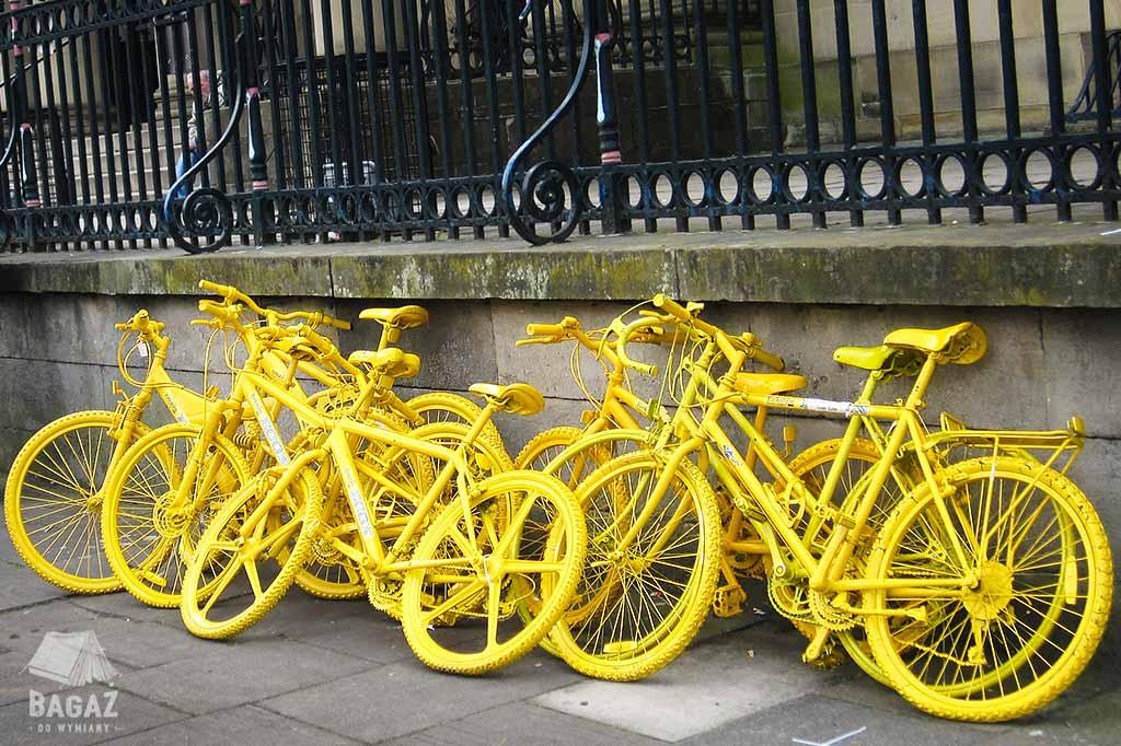 pomalowane na żółto rowery na ulicach Yorku