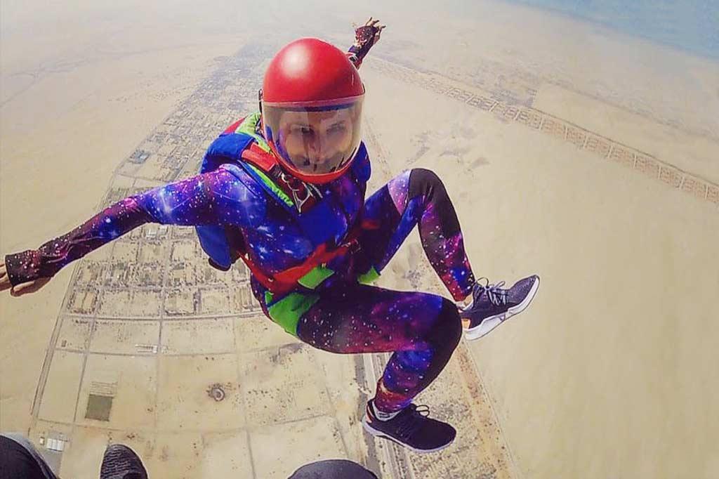 dziewczyna skacząca ze spadochronem w abu zabi