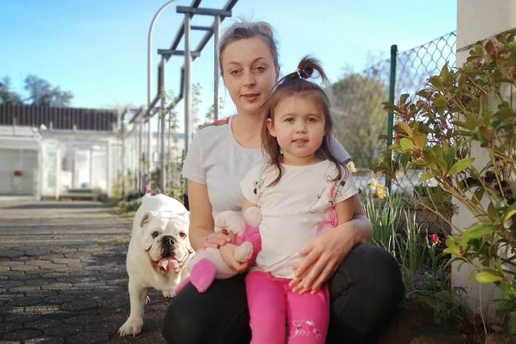 matka z córką i psem podczas epidemii koronawirusa w niemczech