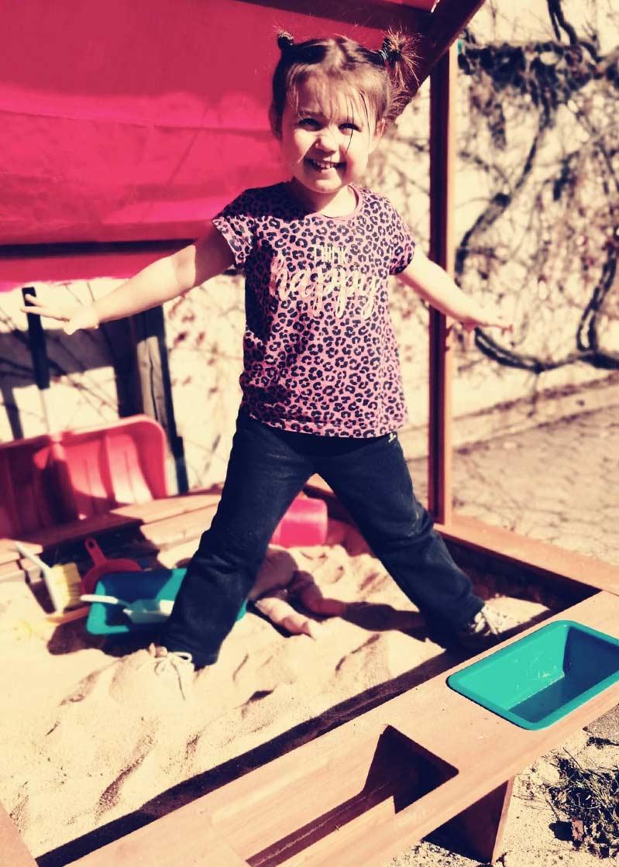 dziewczynka bawiąca się w piaskownicy