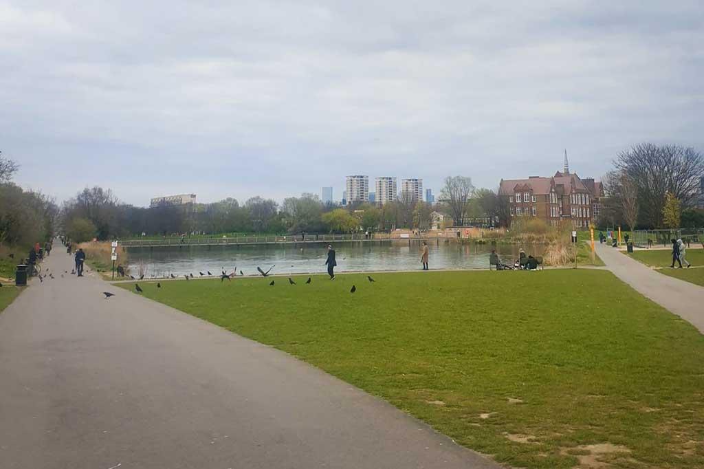 park w londynie podczas epidemii koronawirusa