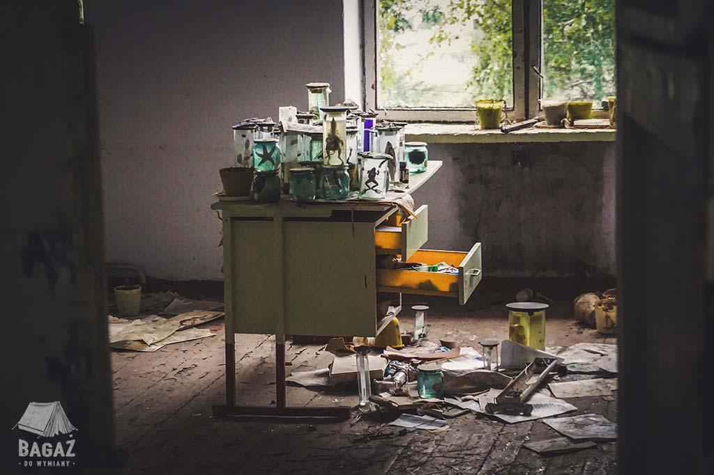 opuszczona szkoła w naddniestrzu, sala biologii i eksponaty w formalinie