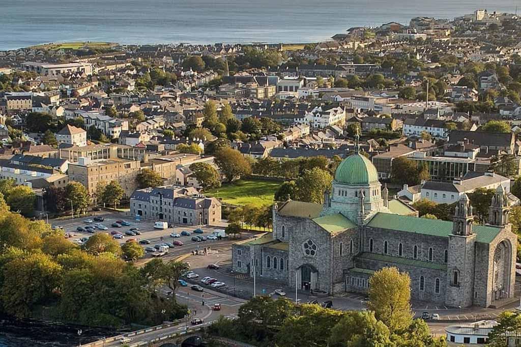 panorama miasta oranmore w irlandii