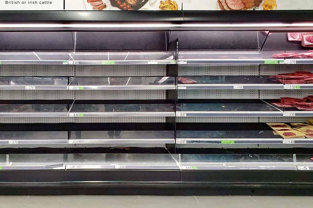 puste półki sklepowe z powodu paniki związanej z koronawirusem w Bristolu
