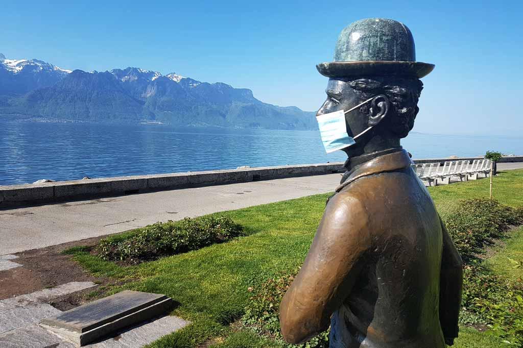 pomnik charliego chaplina w maseczce ochronnej w szwajcarii z powodu koronawirusa