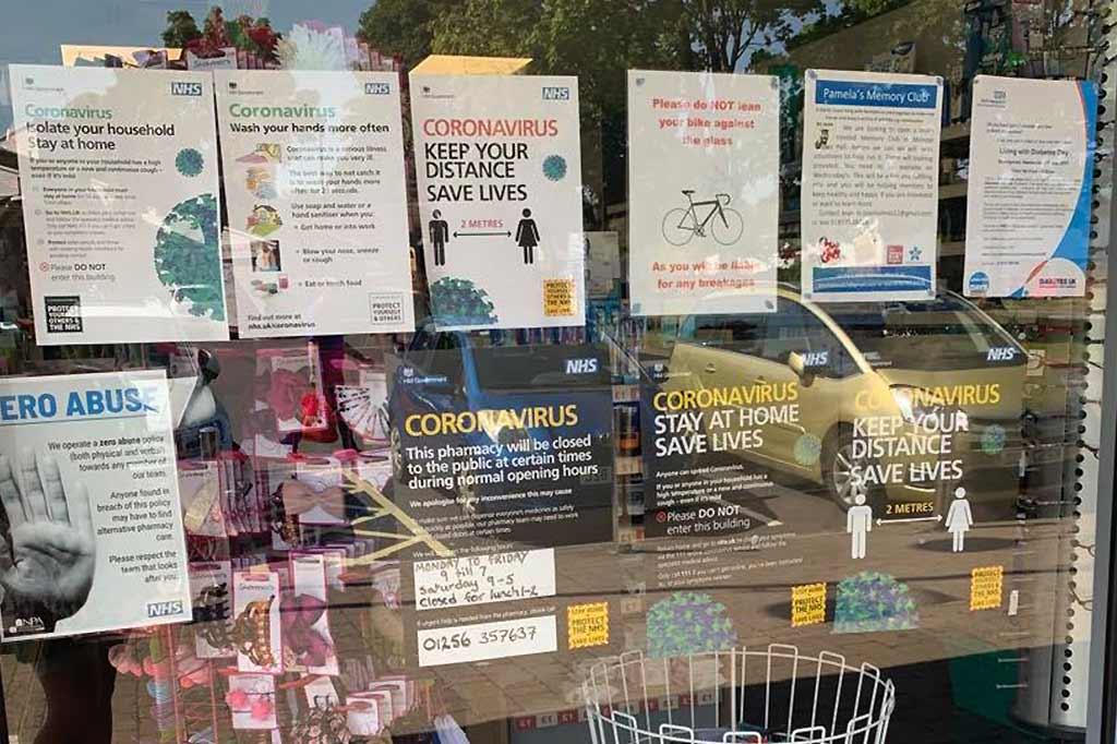 ostrzeżenia na oknach apteki z powodu koronawirusa