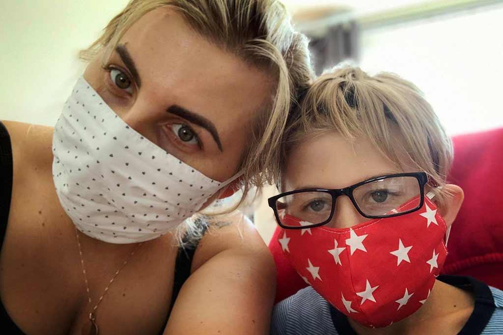 matka z dzieckiem w maskach