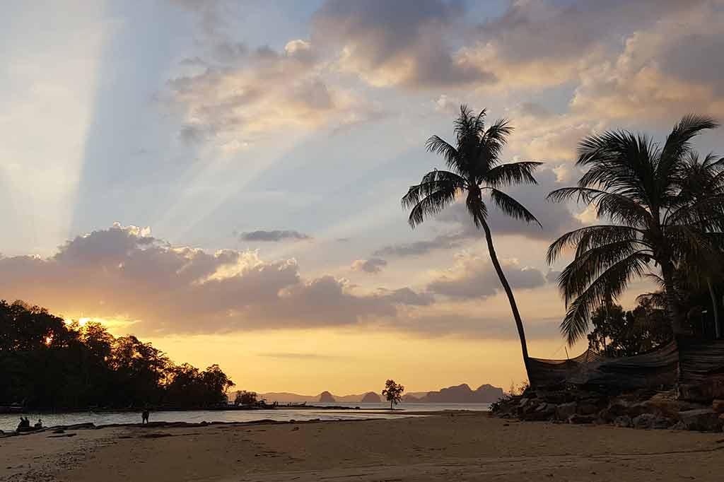 zachód słońca w tajlandii uchwycony podczas kwarantanny z powodu koronawirusa