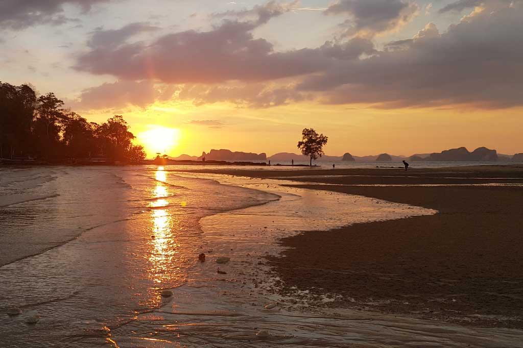 zachód słońca nad morzem w tajlandii